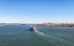 Φορτηγό πλοίο εμπορευματοκιβωτίων που μπαίνει στον κόλπο του Σαν Φρανσίσκο - Σαν Φρανσίσκο, Καλιφόρνια, ΗΠΑ Στοκ εικόνα με δικαίωμα ελεύθερης χρήσης