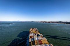 Φορτηγό πλοίο εμπορευματοκιβωτίων που μπαίνει στον κόλπο του Σαν Φρανσίσκο και το νησί Alcatraz - Σαν Φρανσίσκο, Καλιφόρνια, ΗΠΑ Στοκ φωτογραφία με δικαίωμα ελεύθερης χρήσης