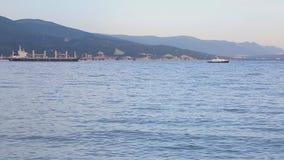 Φορτηγό πλοίο εξωτερικά από το λιμένα απόθεμα βίντεο