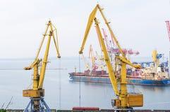 Φορτηγό πλοίο και βιομηχανικοί γερανοί στο θαλάσσιο εμπορικό λιμένα Στοκ Εικόνες