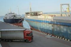 Φορτηγό πλοίο και φορτηγό στο θαλάσσιο λιμένα, Μαύρη Θάλασσα, Οδησσός, Ουκρανία Στοκ Φωτογραφίες