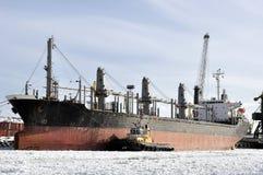 Φορτηγό πλοίο που δένεται στο λιμένα στο χειμώνα στοκ εικόνα