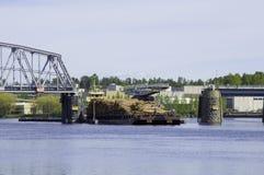 Φορτηγό πλοίο που περνά μέσω μιας γέφυρας ταλάντευσης Στοκ φωτογραφία με δικαίωμα ελεύθερης χρήσης