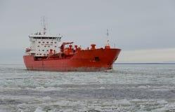 Φορτηγό πλοίο που πλέει στη θάλασσα πάγου Στοκ Φωτογραφία