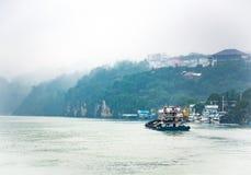 Φορτηγό πλοίο που ταξιδεύει στον ποταμό Yangtze στη βροχερή ημέρα Στοκ φωτογραφία με δικαίωμα ελεύθερης χρήσης