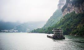 Φορτηγό πλοίο που ταξιδεύει στον ποταμό Yangtze στη βροχερή ημέρα Στοκ Εικόνες