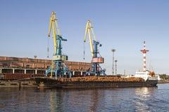 Φορτηγό πλοίο που φορτώνεται με το ξύλο Στοκ εικόνα με δικαίωμα ελεύθερης χρήσης