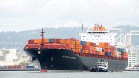 Φορτηγό πλοίο ΡΟΤΕΡΝΤΑΜ ΣΑΦΕΣ μπαίνοντας στο λιμένα του Όουκλαντ στοκ φωτογραφίες