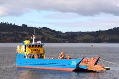 Φορτηγό πλοίο σε Castro Χιλή στοκ φωτογραφίες με δικαίωμα ελεύθερης χρήσης