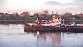 Φορτηγό πλοίο στον ποταμό Neva στο ηλιοβασίλεμα απόθεμα βίντεο