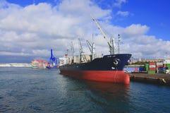 Φορτηγό πλοίο στο λιμένα Στοκ Φωτογραφίες