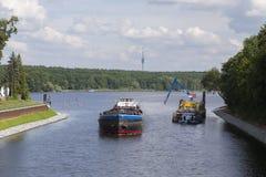 Φορτηγό πλοίο στο κανάλι Στοκ εικόνα με δικαίωμα ελεύθερης χρήσης