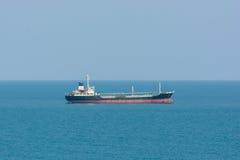 Φορτηγό πλοίο στο ωκεάνιο μπλε νερό Στοκ εικόνα με δικαίωμα ελεύθερης χρήσης