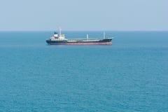 Φορτηγό πλοίο στο ωκεάνιο μπλε νερό Στοκ φωτογραφίες με δικαίωμα ελεύθερης χρήσης