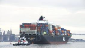 Φορτηγό πλοίο APL ΦΛΏΡΙΔΑ που αναχωρεί ο λιμένας του Όουκλαντ Στοκ φωτογραφίες με δικαίωμα ελεύθερης χρήσης