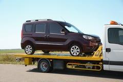 Φορτηγό ρυμούλκησης με το σπασμένο αυτοκίνητο στοκ εικόνες με δικαίωμα ελεύθερης χρήσης