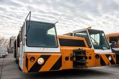Φορτηγό ρυμούλκησης στα μηχανήματα αερολιμένων χώρων στάθμευσης Στοκ Φωτογραφίες