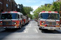 Φορτηγό σκαλών και φορτηγό αντλιοφόρων οχημάτων σε Philly που καταρρέουν  Στοκ φωτογραφία με δικαίωμα ελεύθερης χρήσης