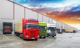 Φορτηγό στην αποθήκη εμπορευμάτων, μεταφορά εμπορευμάτων στοκ εικόνα με δικαίωμα ελεύθερης χρήσης