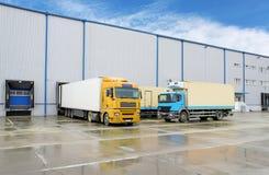 Φορτηγό στην αποθήκη εμπορευμάτων - μεταφορά φορτίου στοκ φωτογραφίες με δικαίωμα ελεύθερης χρήσης
