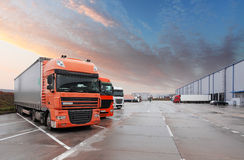 Φορτηγό στην αποθήκη εμπορευμάτων - μεταφορά φορτίου Στοκ Εικόνα