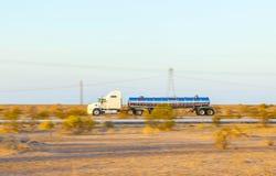 Φορτηγό στην εθνική οδό 8 στην ανατολή στοκ φωτογραφία με δικαίωμα ελεύθερης χρήσης