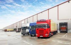 Φορτηγό στην εκφόρτωση στην αποθήκη εμπορευμάτων στοκ εικόνα
