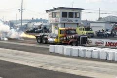 Φορτηγό στη διαδρομή με τη φλόγα Στοκ Εικόνες