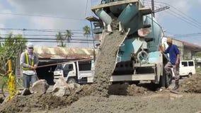 Φορτηγό συγκεκριμένων αναμικτών που χύνει το υγρό τσιμέντο απόθεμα βίντεο