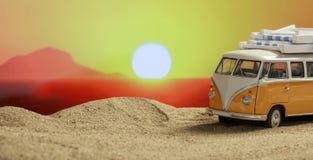 Φορτηγό της VW στην παραλία στο ηλιοβασίλεμα στοκ φωτογραφία