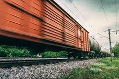 Φορτηγό τρένο, σιδηροδρομικά βαγόνια εμπορευμάτων με την επίδραση θαμπάδων κινήσεων μεταφορά, σιδηρόδρομος στοκ εικόνα