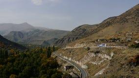 Φορτηγό φορτίου που κινείται στον ελικοειδή δρόμο ασφάλτου μέσω των βουνών beautiful highlands Βίντεο των φορτηγών που οδηγούν στ φιλμ μικρού μήκους