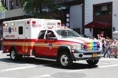 Φορτηγό EMS στην παρέλαση υπερηφάνειας LGBT στην πόλη της Νέας Υόρκης Στοκ Εικόνες