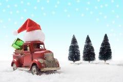 Φορτηγό santa παιχνιδιών Χριστουγέννων με τα κιβώτια δώρων και δέντρο πεύκων στο χιόνι Στοκ εικόνες με δικαίωμα ελεύθερης χρήσης