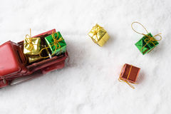Φορτηγό santa παιχνιδιών Χριστουγέννων με τα κιβώτια δώρων και δέντρο πεύκων στο χιόνι Στοκ Εικόνες