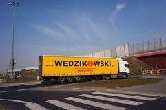 Φορτηγό Wedzikowski στη διασταύρωση κυκλικής κυκλοφορίας Στοκ Εικόνα