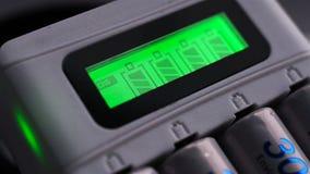 Φορτιστής μπαταριών με τις μπαταρίες απόθεμα βίντεο