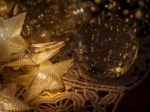 0561 φορτωμένες αστέρια μετάλλων Χριστουγέννων διακοσμήσεις και σφαίρες γυαλιού décor στοκ εικόνες