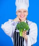 Φορτωμένος με τη βιταμίνη Γυναικείος μάγειρας που χαμογελά με το μπρό στοκ εικόνα με δικαίωμα ελεύθερης χρήσης