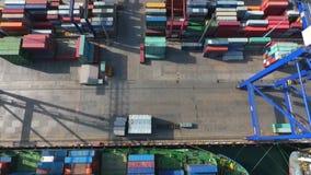 Φορτωμένο φορτηγό πλοίο στην μπλε θάλασσα απόθεμα βίντεο