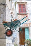 Φορτωμένο wheelbarrow στις οικοδομές σε μια αρχαία οδό Στοκ φωτογραφία με δικαίωμα ελεύθερης χρήσης