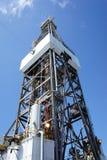 Φορτωτήρας του παράκτιου γρύλου επάνω στην εγκατάσταση γεώτρησης διατρήσεων Στοκ Εικόνα