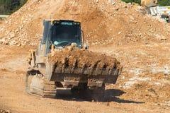 Φορτωτής διαδρομής του Caterpillar 973D που κινεί αργά να φέρει ένα πλήρες φορτίο Στοκ Εικόνες