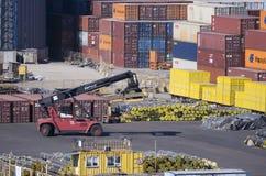 Φορτωτής εμπορευματοκιβωτίων στο τερματικό εμπορευματοκιβωτίων στο λιμένα Στοκ Φωτογραφίες