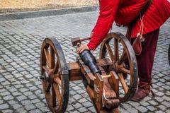 Φορτώνοντας μεσαιωνικό πυροβόλο Στοκ Εικόνες