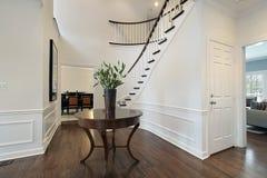 Φουαγιέ με την κυρτή σκάλα Στοκ Φωτογραφία