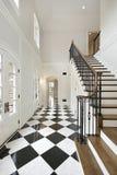 Φουαγιέ με checkerboard το πάτωμα Στοκ εικόνα με δικαίωμα ελεύθερης χρήσης