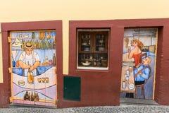 Φουνκάλ, Μαδέρα, Πορτογαλία - η τέχνη της ανοιχτής πόρτας στην οδό της Σάντα Μαρία Στοκ Φωτογραφία