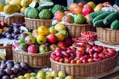 ΦΟΥΝΚΑΛ, MADEIRA/PORTUGAL - 9 ΑΠΡΙΛΊΟΥ: Κινηματογράφηση σε πρώτο πλάνο φρούτων και ενός VE Στοκ Εικόνες