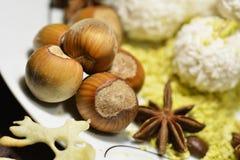 Φουντούκια και καρύδια σε έναν καφετή πίνακα στοκ φωτογραφία με δικαίωμα ελεύθερης χρήσης